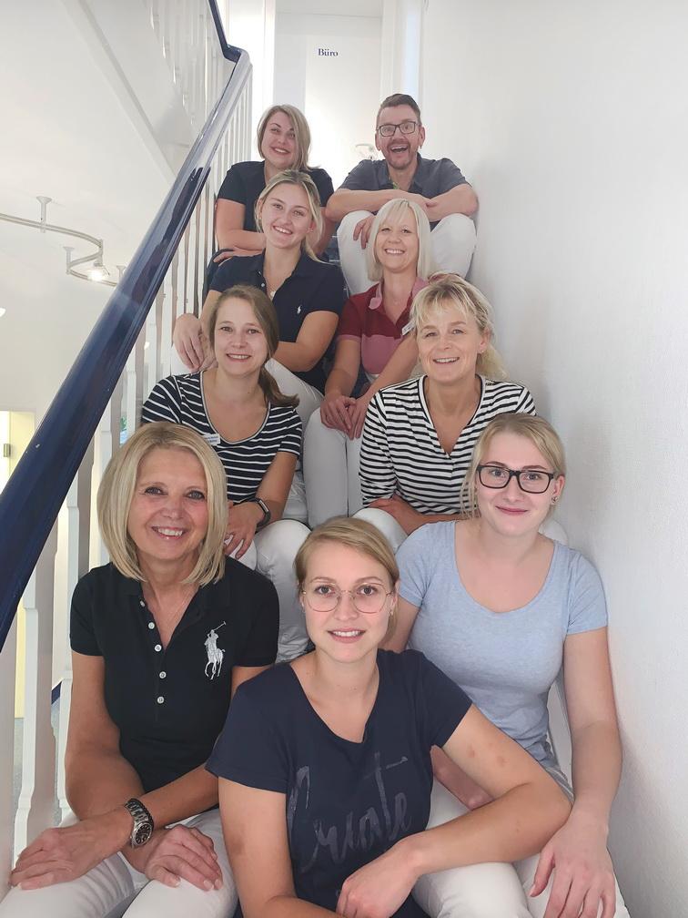 Dr Bleckmann Zahnärzte Drolshagen Team - Teamfoto 2020 1 - Home